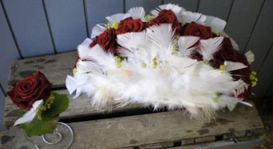 Свадебные букеты с декоративными элементами фото