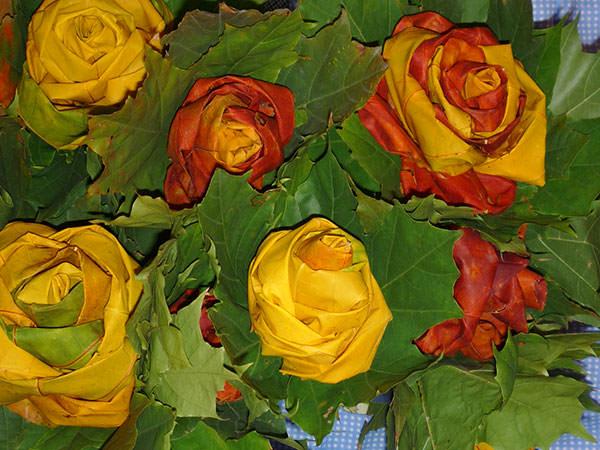 Осенняя роза розы из осенних листьев