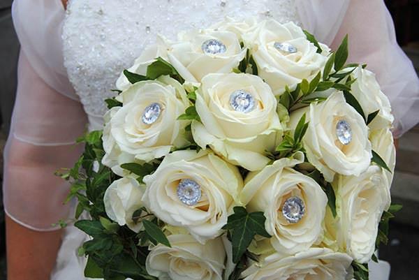 букет невесты из роз со стразами