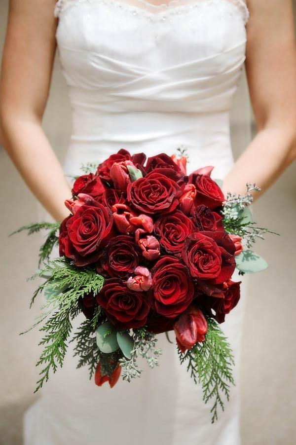 Красные розы в букете