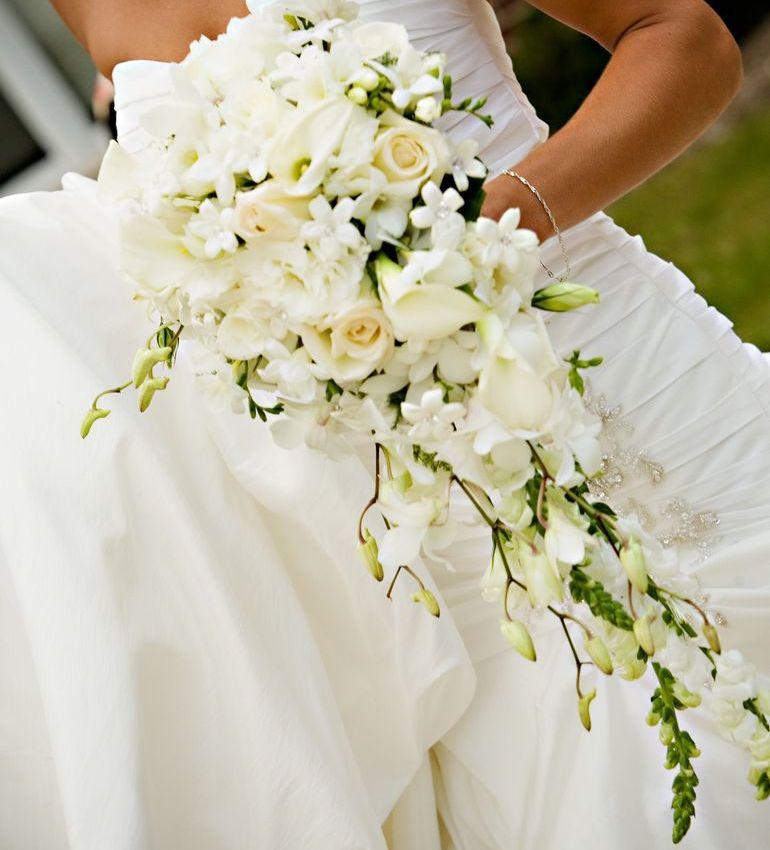 Каскадный букет из белых роз