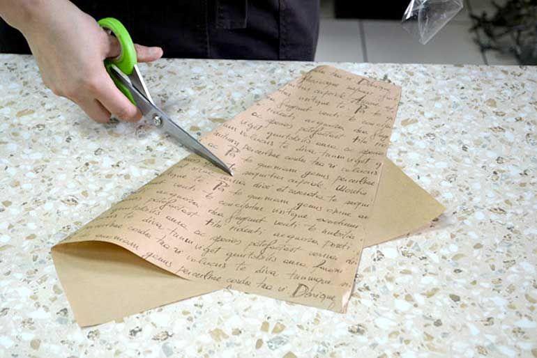 Отрезать бумажный квадрат для декора нижней части букета