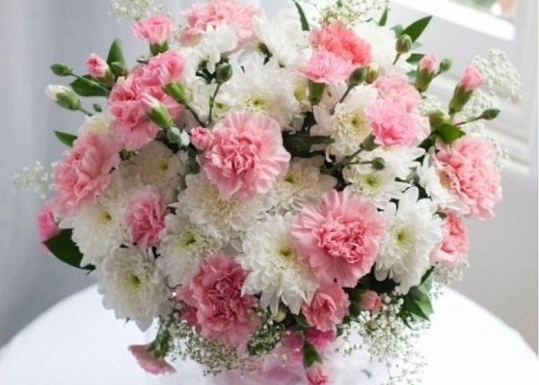 Букет из розовых гвоздик и белых хризантем