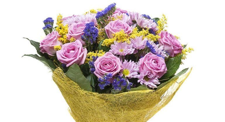 Красивый букет из хризантем и роз