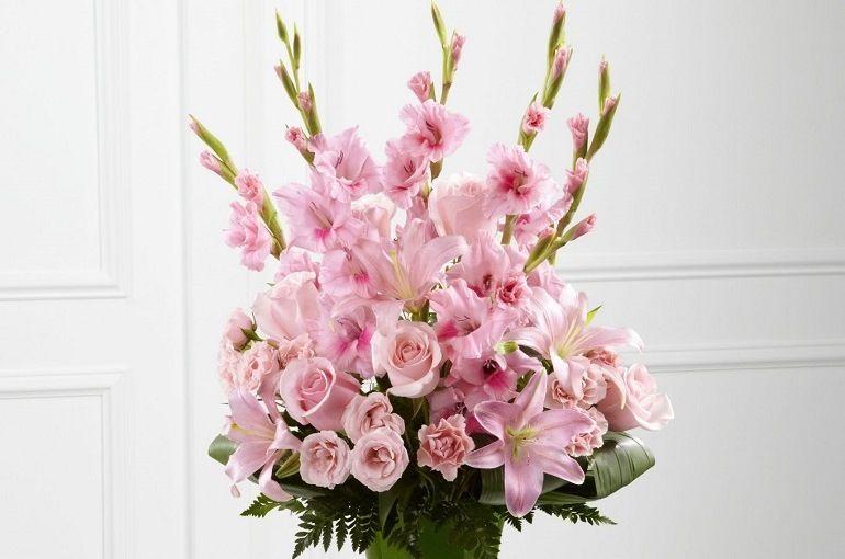 Цветочная композиция из роз и гладиолусов