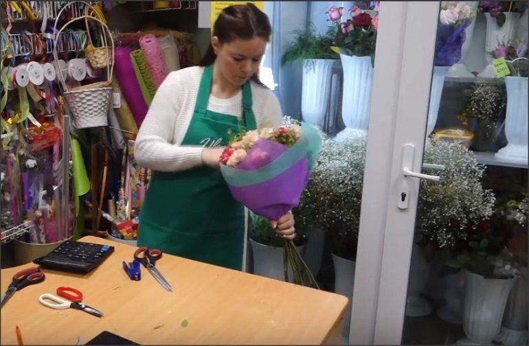 Расправить цветы и зелень в букете