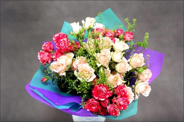 Букет из живых цветов в яркой упаковке