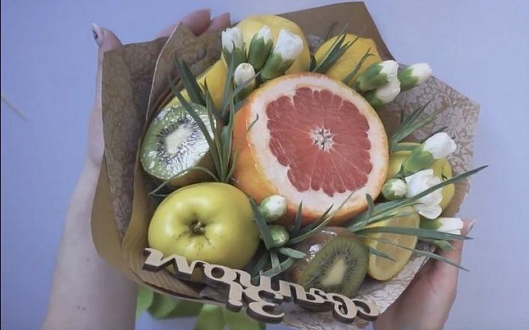 Фруктово-цветочный букет с топпером