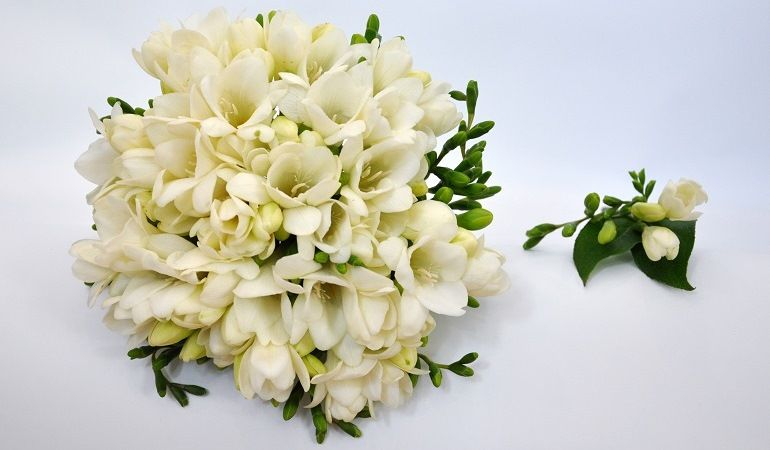 Фрезии в свадебном букете