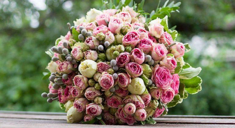 оригинальный букет из кустовых роз