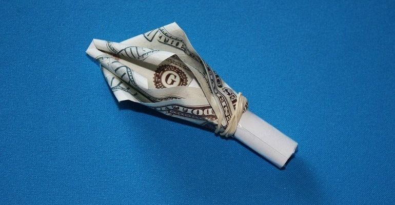 Лепесток из бумаги на трубочке