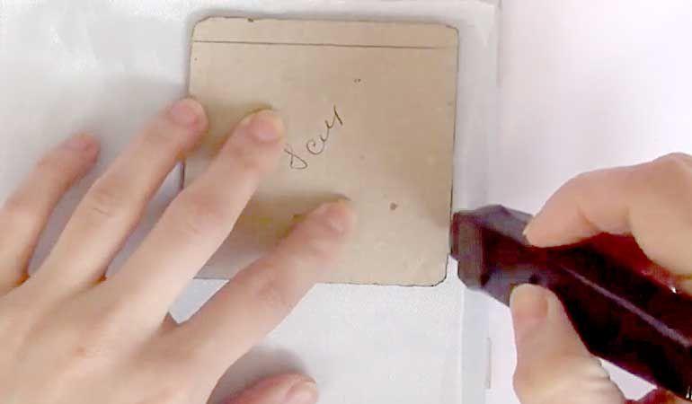 Кусочек ткани на стекле или плитке