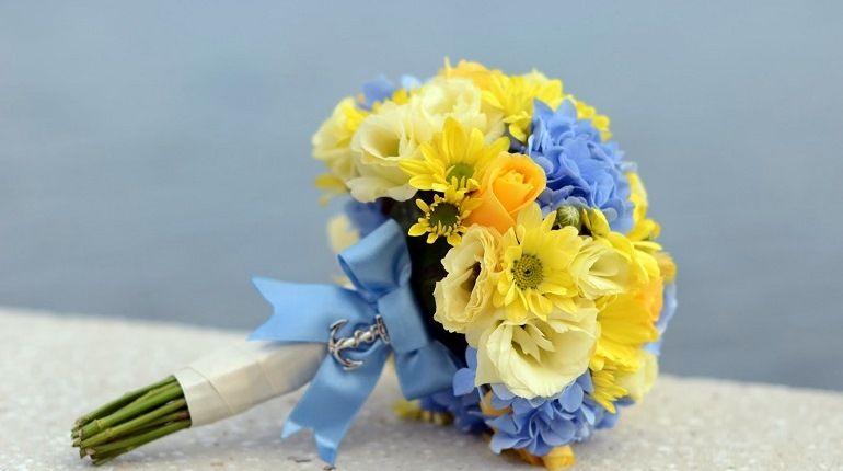 С какими тонами сочетают желтые цветы в букете