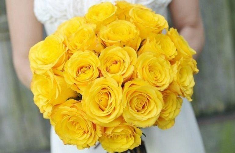 Желтые розы в букете невесты