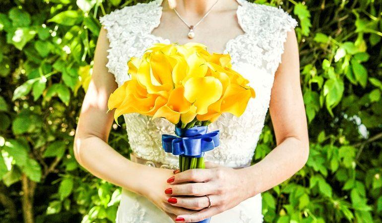 Желтые орхидеи в букете невесты