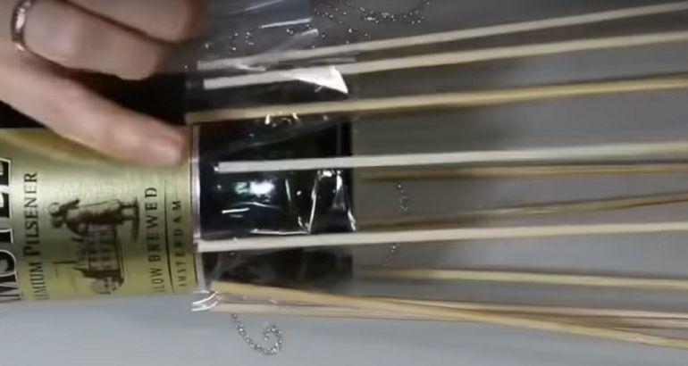 Приклеить шпажки к бутылке
