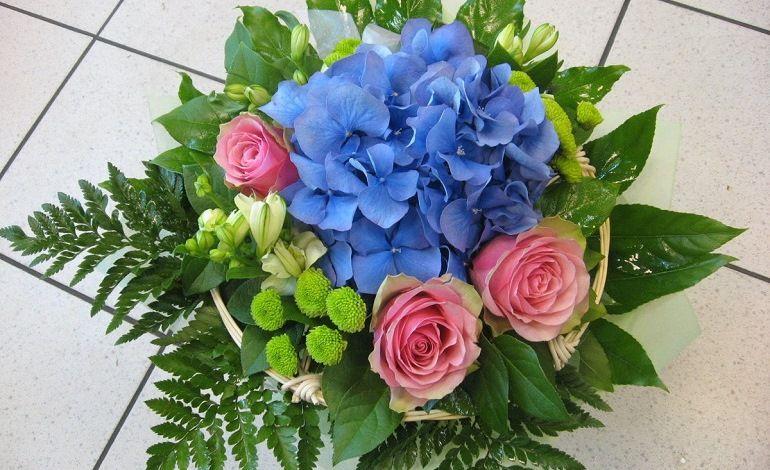 Розы с другими цветами в букете