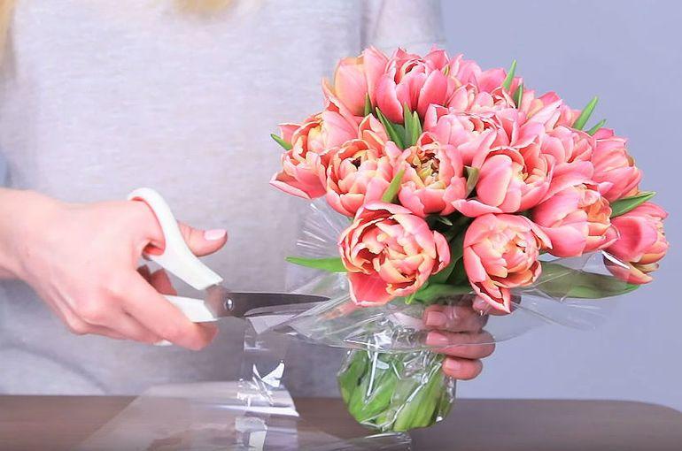 Сборка моно-композиции из тюльпанов в коробке