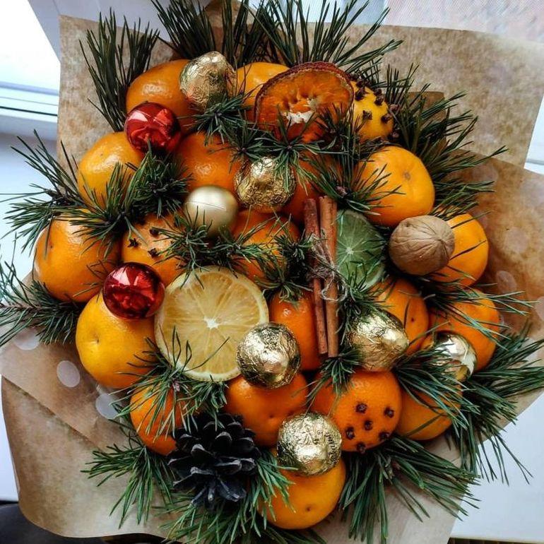 Новогодние букеты из фруктов и конфет