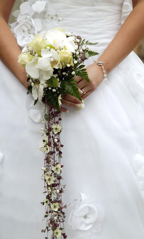 Каскадные свадебные букеты фото