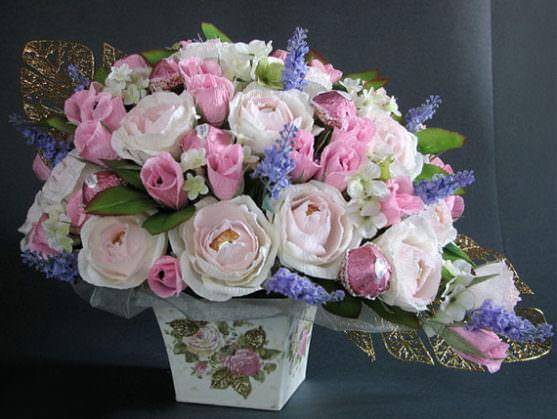 Свадебный букет из конфет с синими цветочками