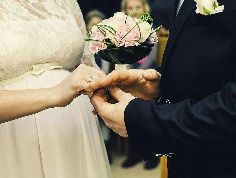 наряд невесты и свадебный букет из пионов