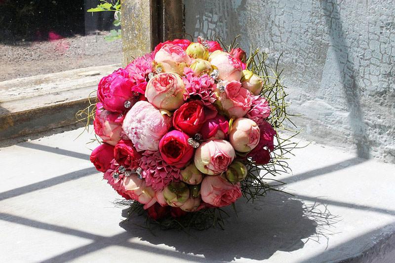 Свадебные букеты из пионов и роз