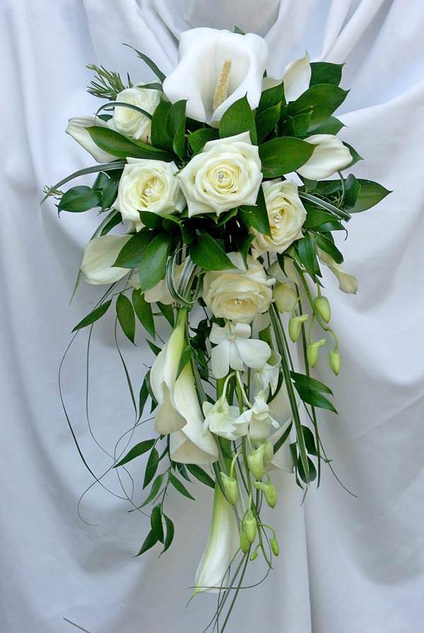 Свадебные букеты из роз в каскадной форме