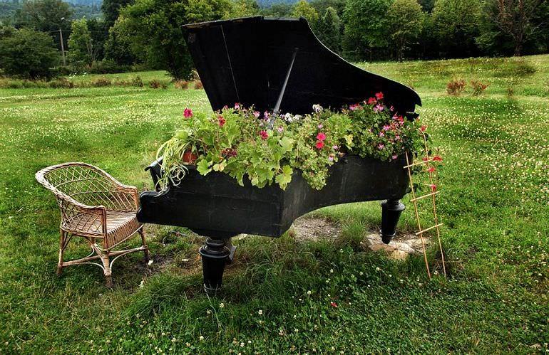Клумба из пианино