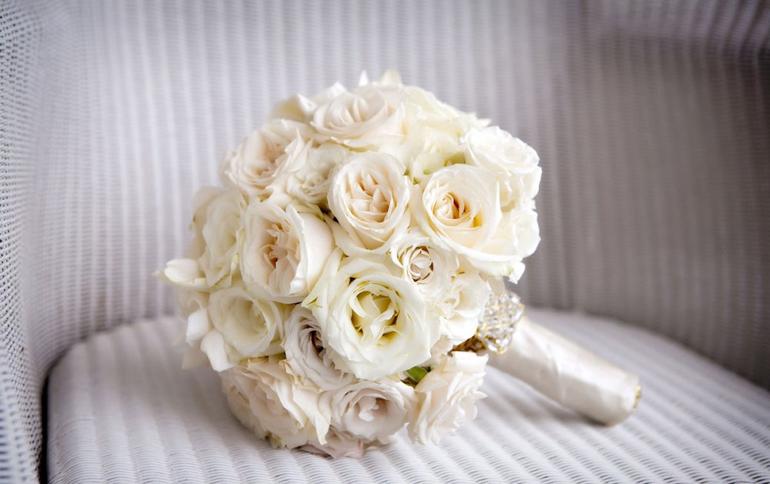 Свадебный букет из белых роз в портбукетнице