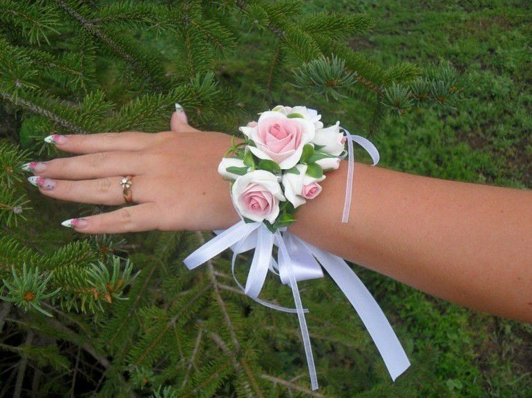 Браслет из белых роз