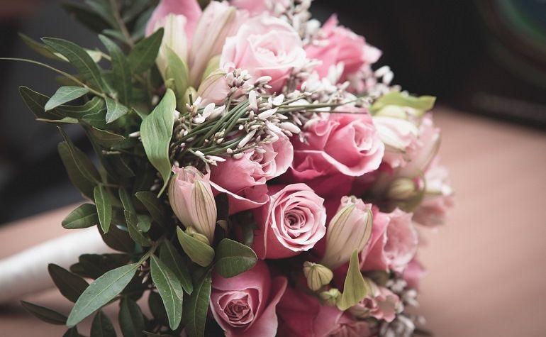 Свадебный букет из роз и альстремерий