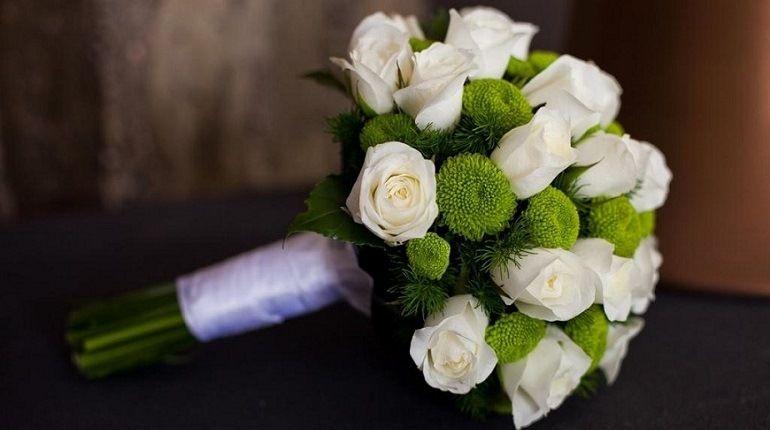 Букет из роз и зеленых хризантем
