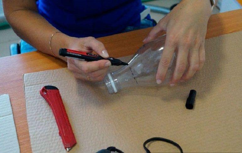 Отрезать часть горлышка пластиковой бутылки