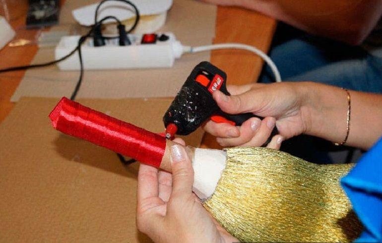 Украсить ручку лентой