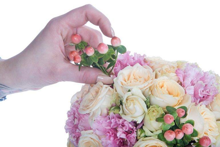 Декорирование розами, лизиантусом и гиперикумом