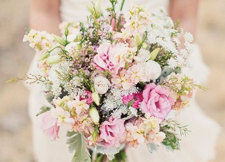 Букет невесты с гипсофилой и зеленью