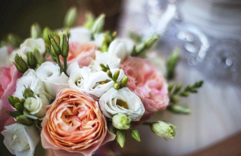 Букет из пионовидных роз, эустом и фрезий