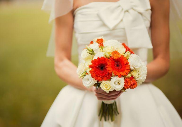 Невеста в букетом гербер