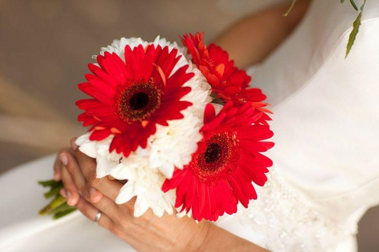 Свадебный букет невесты из белых и красных гербер