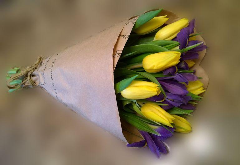 Тюльпаны в крафт-бумаге