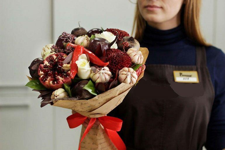 Готовый букет из овощей и цветов