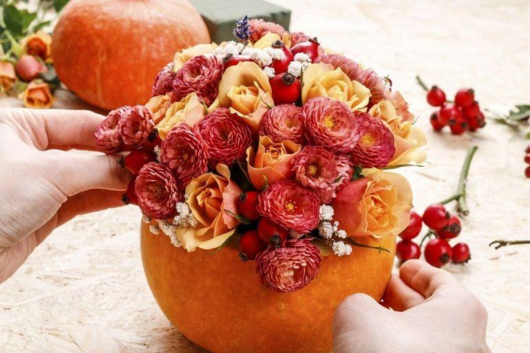 Розы, веточками гипсофилы, ягоды шиповника