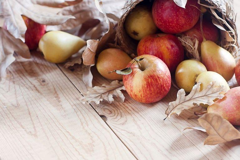 Яблоки и сухие листья