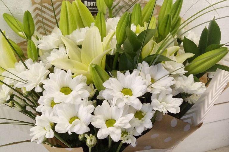 Хризантемы и лилии в букете