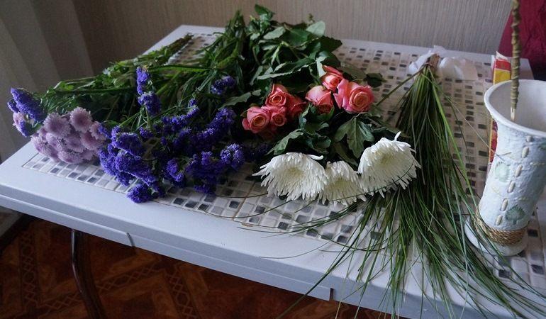Подготовка цветов для букета на 1 сентября