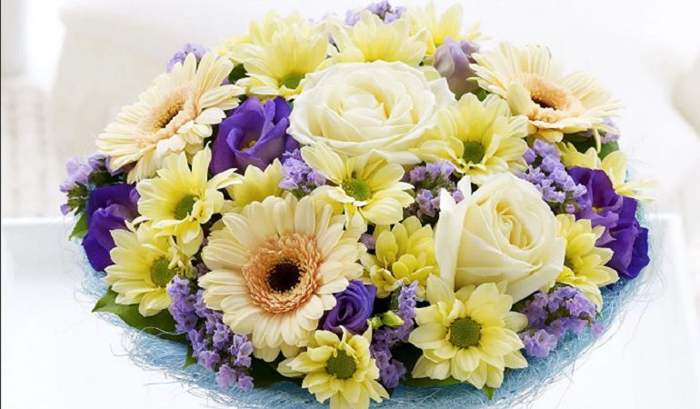 Цветочная композиция из роз и хризантем