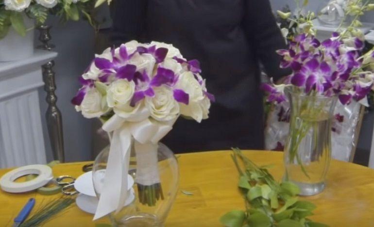 Готовый букет из орхидей и роз