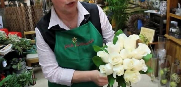 Зелень салала в букете из роз