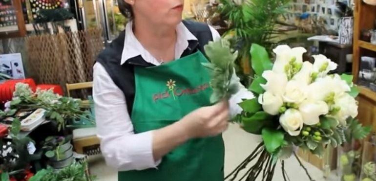 Питтоспорум в букет из роз